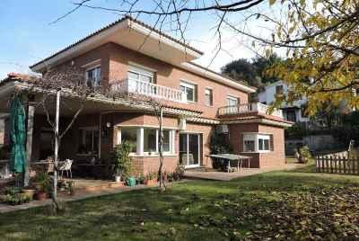 Maison avec vue sur la montagne dans une banlieue de Barcelone